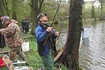 I přes nepřízeň počasí se ke křížeckému rybníku sjelo pětaosmdesát rybářů.