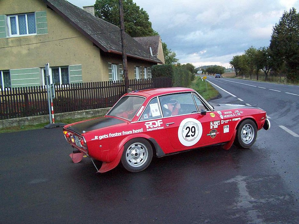 """PAMĚTNÍCI, VZPOMÍNÁTE? Takovou červenou Lancii Fulvia před mnoha lety převrátil v zatáčce """"Na Špici"""" na činovském okruhu legendární italský jezdec Sandro Munari. Tehdy ale byla Rallye Vltava jednou z nejnáročnějších soutěží mistrovství Evropy."""