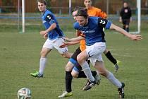 Martin Brychcín v dresu FK Staňkov v souboji o balon.