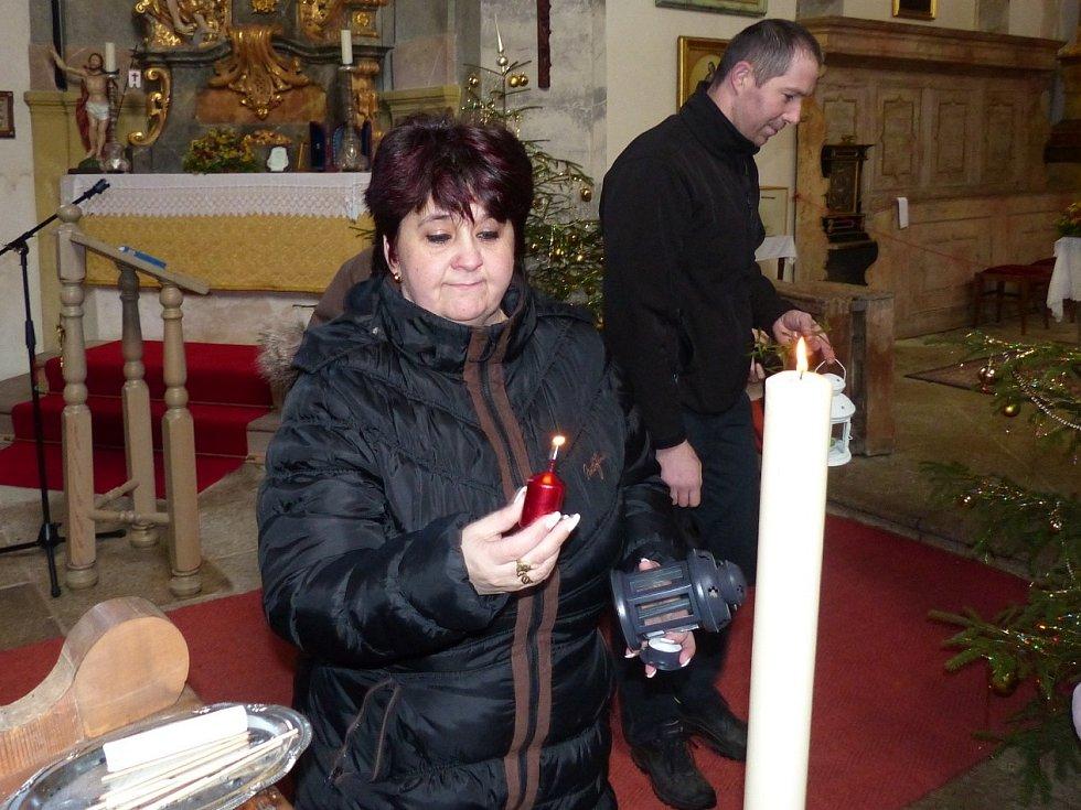 Lidé z širokého okolí přicházeli pro betlémské světlo do kostela Všech svatých v Horšově.