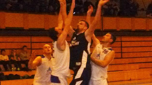 Z utkání basketbalistů Jiskry Domažlice s rivalem z Rokycan.