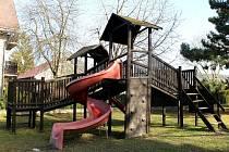 Děti ve Všerubech se dočkají lepšího hřiště. Hrací plocha bude bezpečnější a s novými prvky.