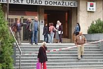 Pracovníci městského úřadu a Komerční banky museli opustit budovu  v ulici U nemocnice.
