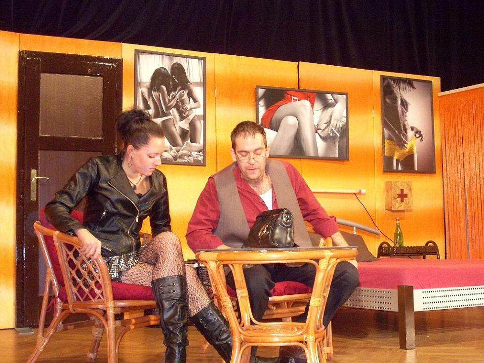 Premiéra erotické crazy komedie Sauna v podání kolovečských ochotníků se uskuteční v sobotu 4. října.