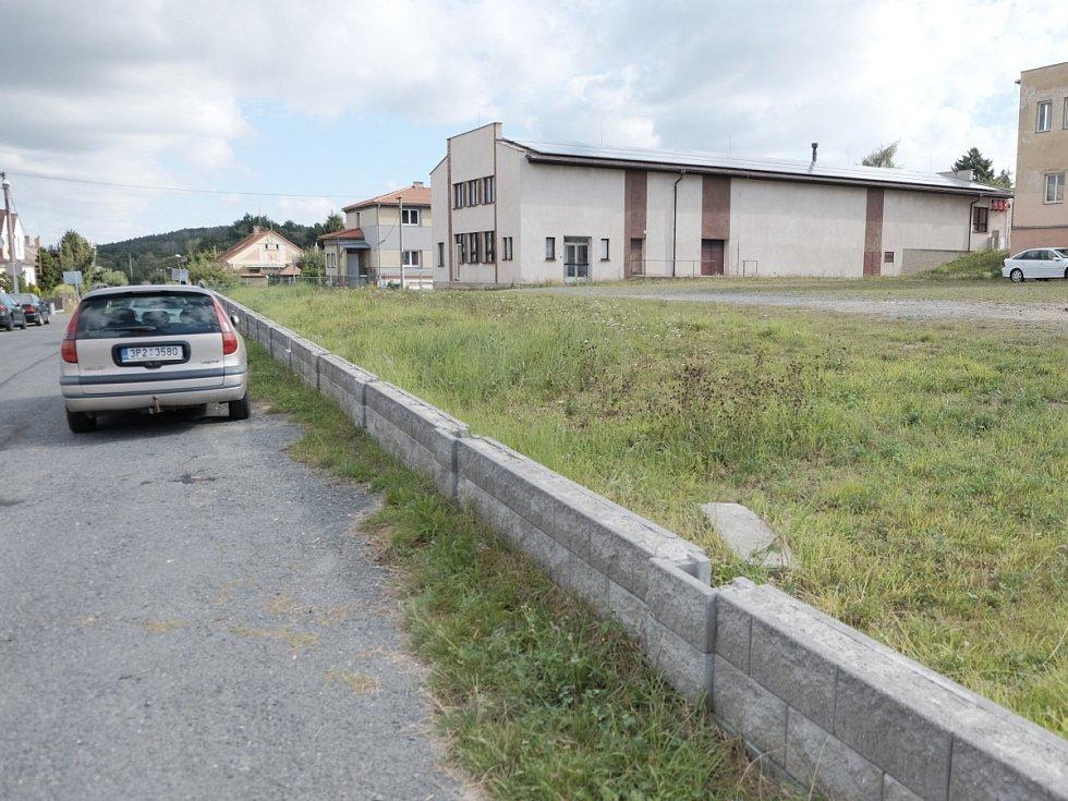 Základy pro hřiště stojí pod Lidovým domem již několik let.