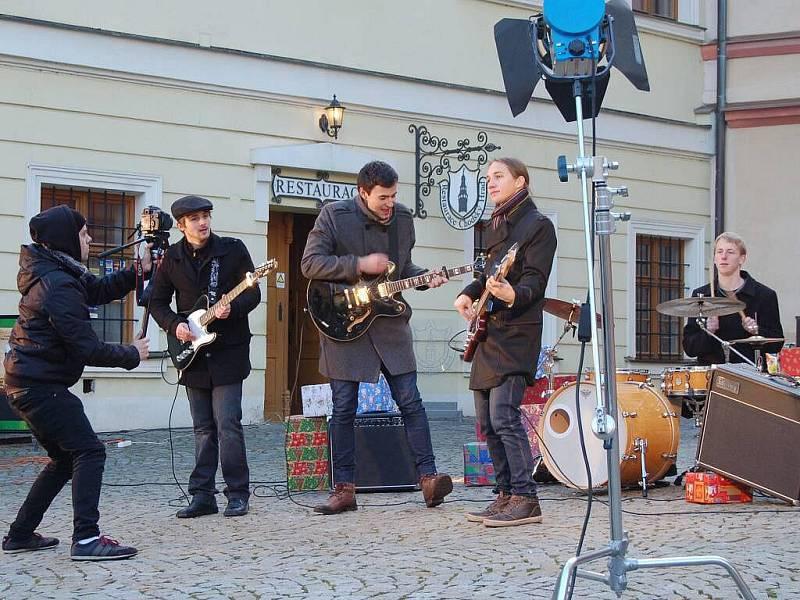 Z natáčení klipu Příští rok zas kapely Loutky v Domažlicích.