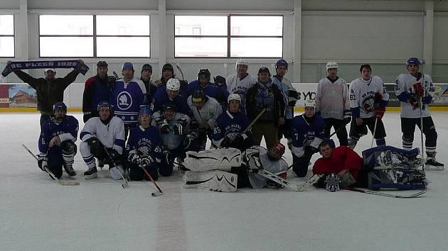Domažličtí Sršni si k přátelskému utkání v Karpem areně pozvali tým fanoušků plzeňského hokeje.