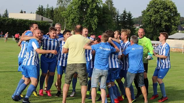 Takto se radovali fotbalisté Staňkova po vítězném tažení 1.A třídou. Budou mít důvod k radosti i po sobotním pouťovém zápase proti Lubům?