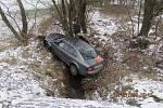 Řidič vyjel mimo komunikaci, kde narazil do pařezu a havaroval v potoce.