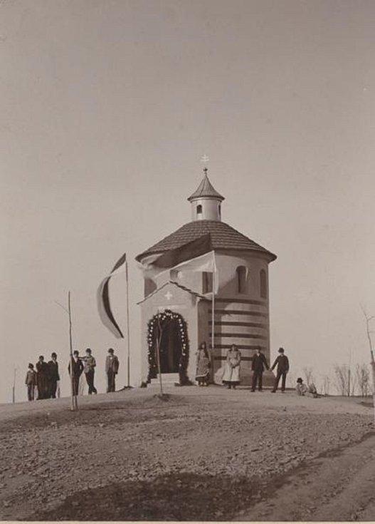 Slavnostní vysvěcení kaple Panny Marie Lurdské v květnu 1898.