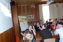 O MECLOVSKÉ ZEMĚDĚLSKÉ. Dánští studenti vyslechli předem od ředitele Jaroslava Hány informace doplněné promítáním.