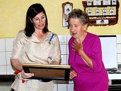 OCENĚNÍ DAR. Diplom Dcer americké revoluce – pobočky Modrý Dunaj v Rakousku, předala Zdeňce Sládkové její členka Rebecca Farmer.