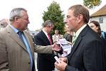 Starosta Klenčí Karel Smutný (vpravo) v rozhovoru s ředitelem výstavby silnic Státního stavebního úřadu Regensburg Josefem Kreitingerem (vlevo), jenž se otevření silnice zúčastnil. Z debaty je vyrušila hosteska, která hostu podávala pamětní list.