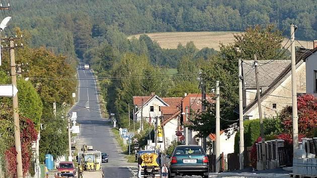 OPRAVA SILNICE JE SPOJENÁ SE STAVBOU CHODNÍKŮ. Zatímco po pravé straně směrem k železničnímu přejezdu je část chodníků hotová, zbývající je třeba dokončit.