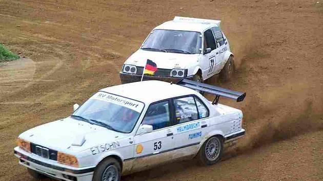 Tuto sobotu bude domažlická rallyekrosová trať patřit výlučně vozům BMW. Na snímku ze srpnového závodu Chodského čakanu uhání jeden z nich těsně sledován Peugeotem 205 domažlického jezdce Jiřího Stiebera.