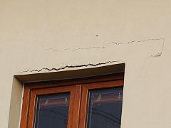 Praskliny na fasádě domu v ulici Msgre B. Staška.