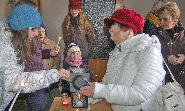 BETLÉMSKÉ SVĚTLO rozdávají domažličtí skauti pravidelně na Štědrý den u postranního vchodu do kostela.