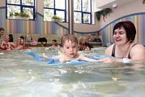 Odborníci doporučují naučit plavat děti v raném věku.