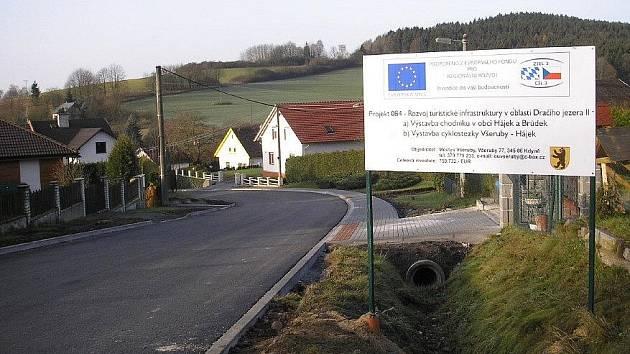 Nová silnice a chodníky v Brůdku.
