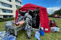 Během nácviku zásahu při neštěstí, kdy jsou lidé zasaženi chemikálií, vznikala v areálu Domažlické nemocnice instruktážní videa.