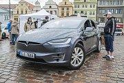 Přehlídka elektromobilů, užitkových elektrovozidel, elektromotorek a elektrokol se zkušebními jízdami na náměstí Republiky v Plzni.