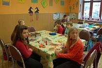 VÁNOČNÍ DÍLNA. Děti zdobily perníčky, vyráběli přáníčka nebo ozdobné stojánky na svíčku.