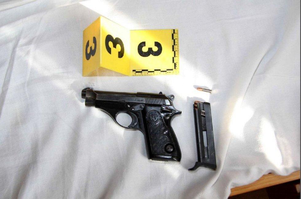 Zbraň nalezená při domovní prohlídce.