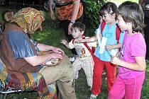 Děti s rodiči a prarodiči si nenechaly ujít tradiční Pohádkový les, který připravuje Pionýrská skupina Safír Kdyně.