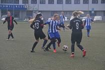 Finálové utkání zimní přípravy ženského týmu Jiskry Domažlice (v modrobílém) proti německému SV Wilting bylo zároveň derniérou fotbalového jara dívek v kopačkách.
