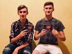 NOVÉ ALBUM. Sourozenecké pěvecké duo bratři Hradeckých se od tohoto týdne může chlubit vlastním CD.