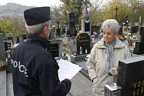 Dagmar Brožová upozorňovala na kdyňském hřbitově, aby si lidé nenechávali ve voze cennosti.