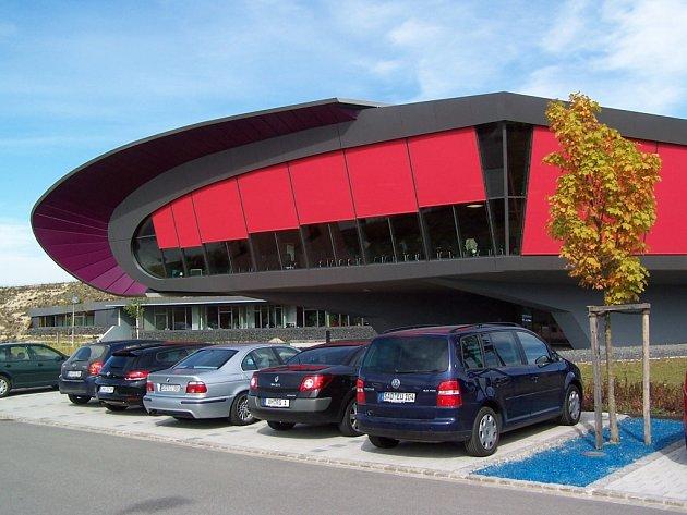Budova správního a kongresového centra stojí až za  Schwandorfem, hned vedle ekologické spalovny odpadů. Na návštěvníky působí, jako by byla z jiného světa.