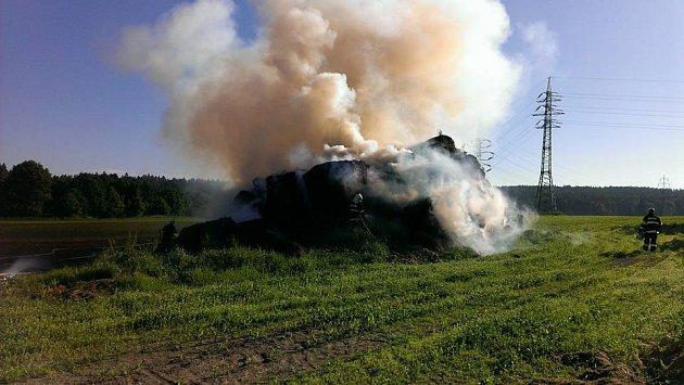Požár slámy u Holýšova.