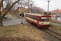 LOKÁLKA přes železniční přejezd v Horšovském Týně na trati do Staňkova  projíždí už jen v sobotu a v neděli.