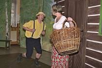 Černíkovští ochotníci hráli Prach a broky v Loučimi.
