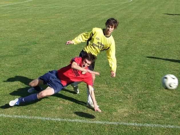 KDO TAM BUDE PRVNÍ? V tomto duchu se odehrával sobotní zápas Dolního Újezda a Jiskry Domažlice B. Újezd byl první u míče, první dal gól a obbsadil první místo tabulky. Na snímku Lukáš Neumann v souboji s újezdským hráčem.