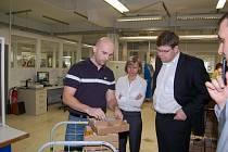 Návštěva ministra spravedlnosti Jiřího Pospíšila v domažlické firmě Galí optik.