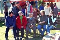 Malou pouť měli v sobotu obyvatelé Dobříkova na Kdyňsku. Otevírali totiž dvě hřiště – dětské a víceúčelové. Slávu si nenechali ujít ani ti, které na hřišti neuvidíme – senioři, mezi nimi i 84letá paní Vaňková (uprostřed s pivem).