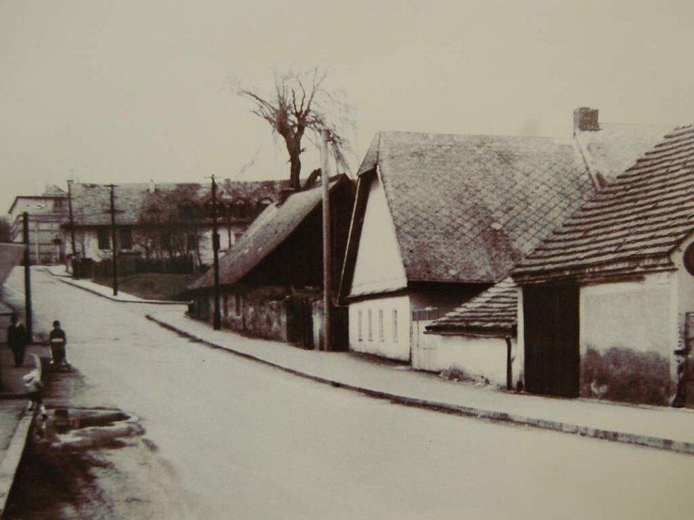 ZBOURANÉ DOMY. Novému školnímu areálu muselo ustoupit několik desítek domů. Snímek z dnešní ulice Elišky Krásnohorské.