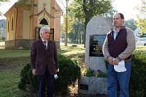 amětní desku Hansi Kudlichovi znovuodhalil v Jivjanech jeho přímý potomek Walter Kudlich (vlevo) a starosta V. Malahova Václav Brichzin