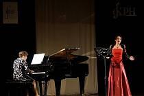 Mezzosopranistka Veronika Hajnová za doprovodu klavíristky Šárky Knížetové vystoupila ve velkém sále domažlického MKS.