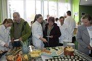 Slavnostní předávání certifikátů o absolvování kurzu studené kuchyně zakončila ochutnávka pokrmů.