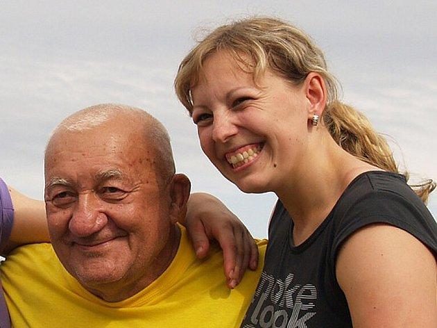 Domažlická silačka Jana Szmigielová se Zdeňkem Srstkou na archivním snímku z Mezinárodního mistrovství ve zvedání kamene v Babylonu.