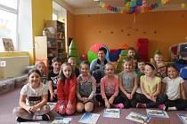 Po přednášce o bezpečnosti venku, doma i ve školce se všichni společně vyfotili s policistkou Dagmar Brožovou.