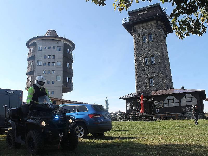 Čeští i němečtí policisté a hasiči hledají osmiletou Julii z Německa, která se ztratila v neděli odpoledne v okolí Čerchova na Domažlicku.
