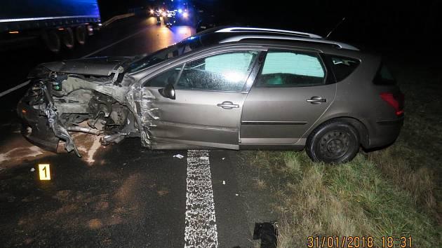 STŘET dvou peugeotů si vyžádal zranění spolujezdkyně.