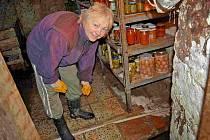 Eva Škopková z Oprechtic by bez holínek do svého sklípku nemohla.