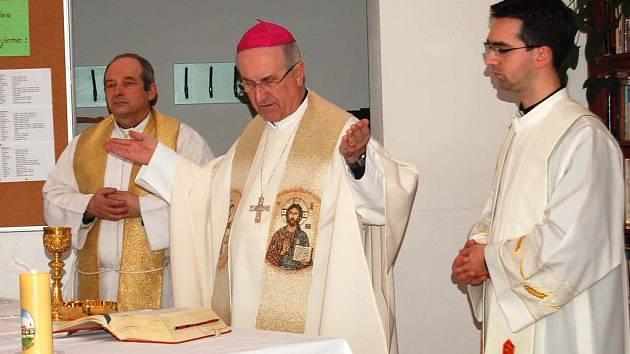 Plzeňský biskup Mons.František Radkovský (uprostřed) přijel poděkovat koledníkům z Kdyňska za Tříkrálovou sbírku.