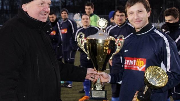 Předseda VV TJ Dynamo Horšovský Týn Emil Hofman předal v pátek večer pohár za vítězství v 5. ročníku zimního turnaje. Trofeje přebírá kapitán Jiskry Domažlice B Michal Pavlíček.