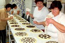 V bořické pekárně upeče čtyřicet  šikovných žen během  čtyř dnů osm ticích chodských koláčů.